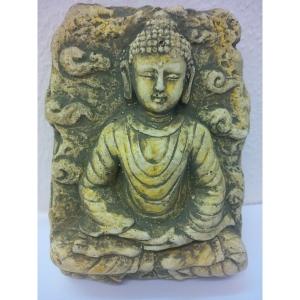 Buddha aus Sandstein in dunkler Farbe